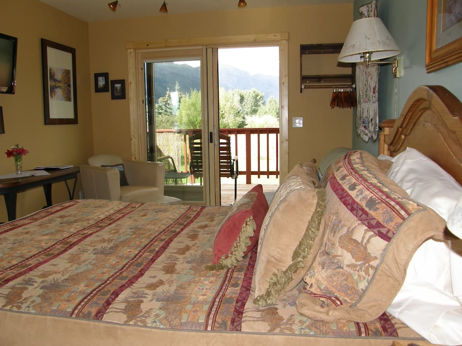 Queen bed, deck with mountain views