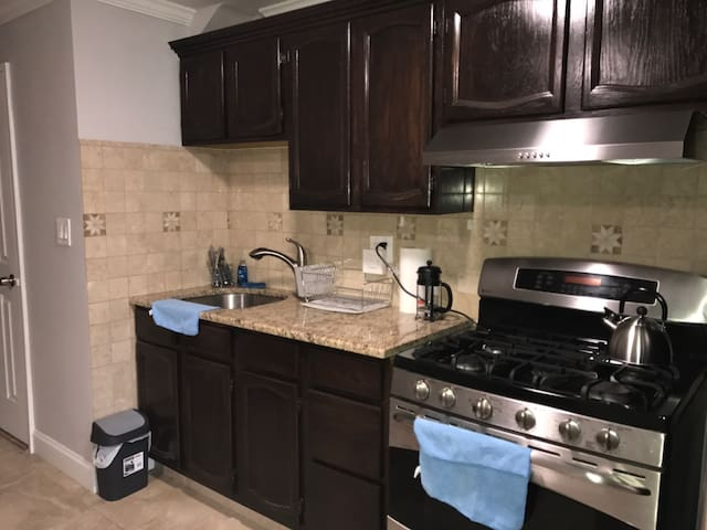 1st flr full studio apartment- entire place/SAFE