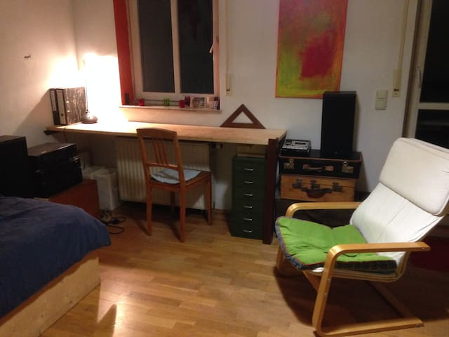 ruhiges Zimmer in Künstler WG - Munique