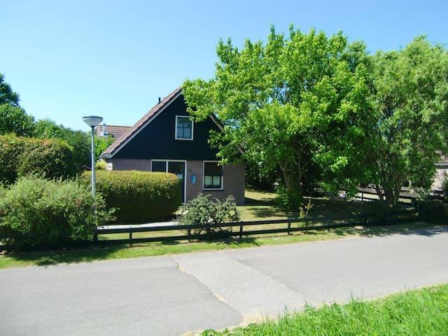 Haus von vorne Parkplatz am Haus