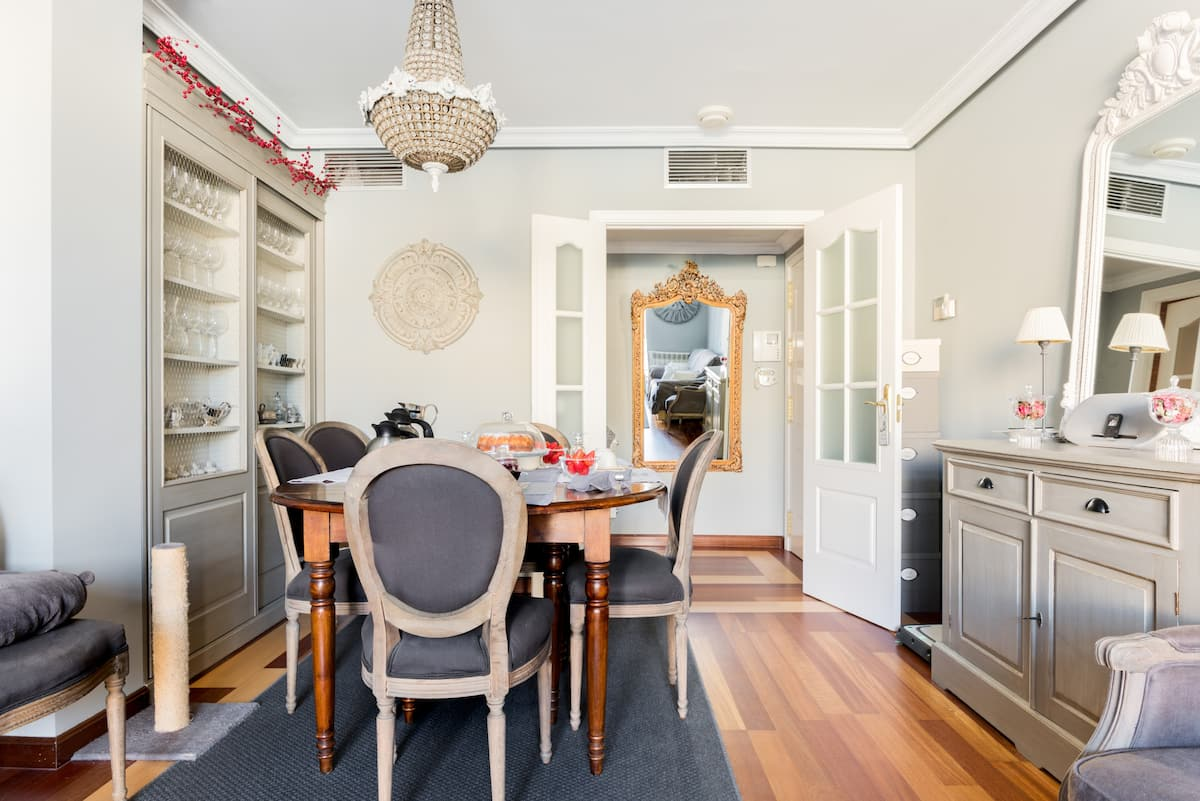 Private Room in a Sunny and Luxuriously Appointed Apartment