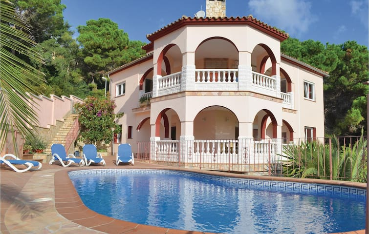 Holiday cottage with 6 bedrooms on 280m² in Lloret de Mar