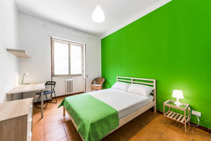 S5/I8/R4-Bright and lovely room in center of Bari