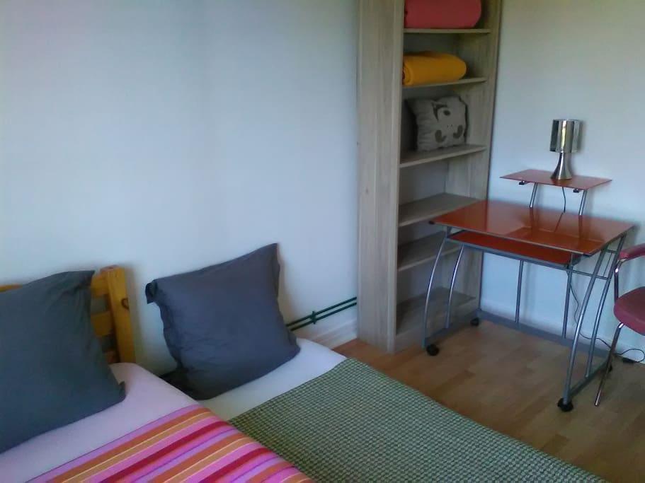lit gigogne avec petit bureau