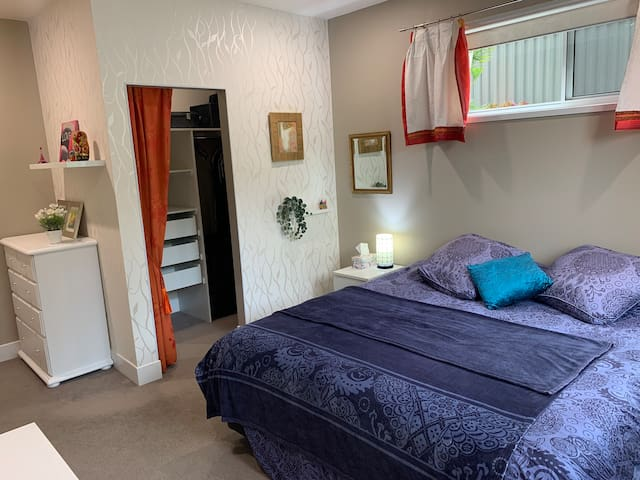 Stafford Heights King bed Room, Pets welcome