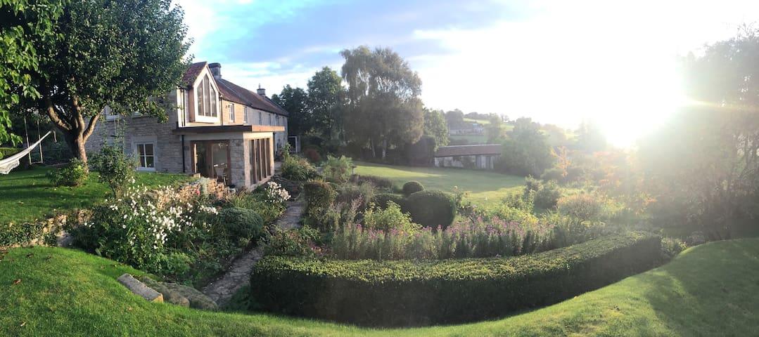 Bath, Farm Cottage with Stunning Views - Turleigh - Hus