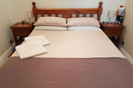 Private bedroom in Newmarket close to City and QUT