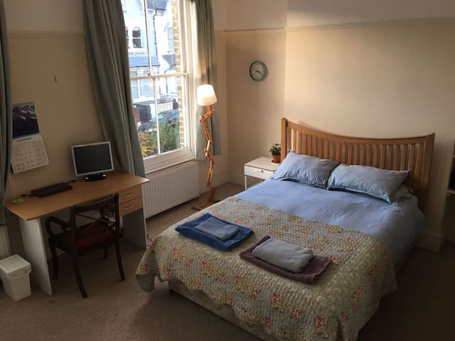 Large Sunny Room in a Friendly House Share - London - House