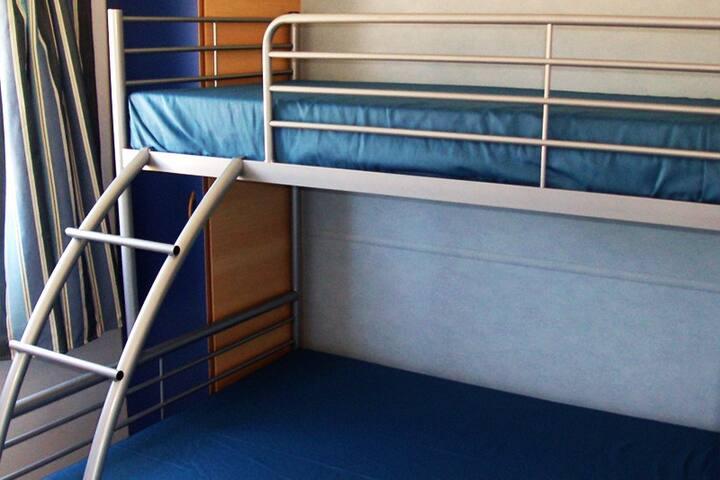 Quarto com cama de casal e uma cama individual (sobreposta)