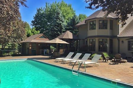 House w/ Pool & Hot Tub for RNC - Avon Lake - Rumah