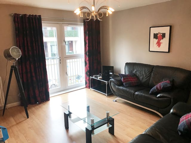 Modern 2 bedroom apt 10 mins to city and hydro.