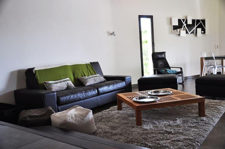 Salon avec canapé en cuir