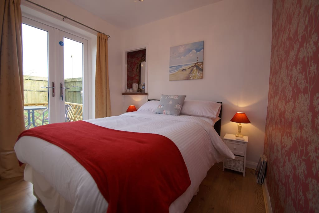 Double room with private garden  (the snug)