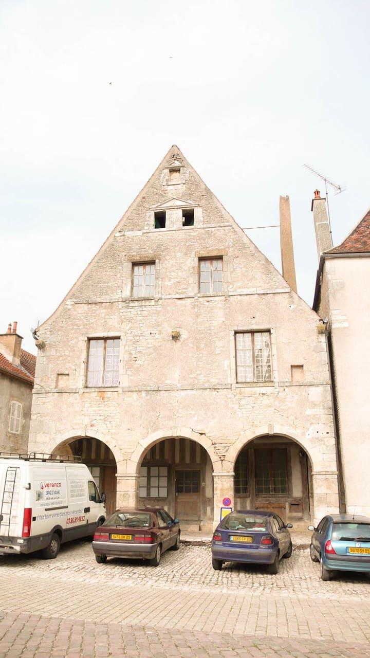 Noyers: grande et belle maison médiévale