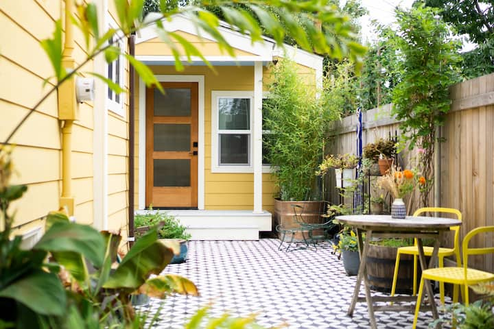 Relaxed Garden Cottage Close to Light Rail