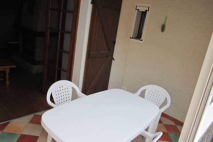 la véranda qui protège des moments frais et permet d'avoir un coin pour manger comme à l'extérieur avec ses baies qui se rétractent.