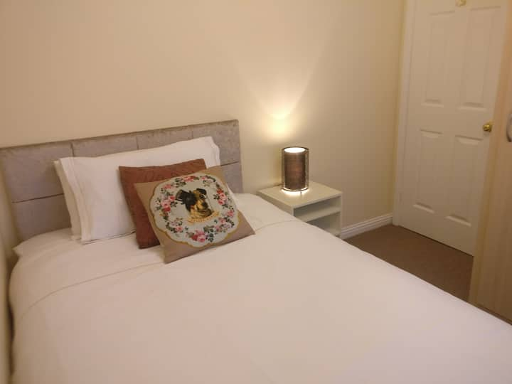 Room in cosy home in West Bridgford