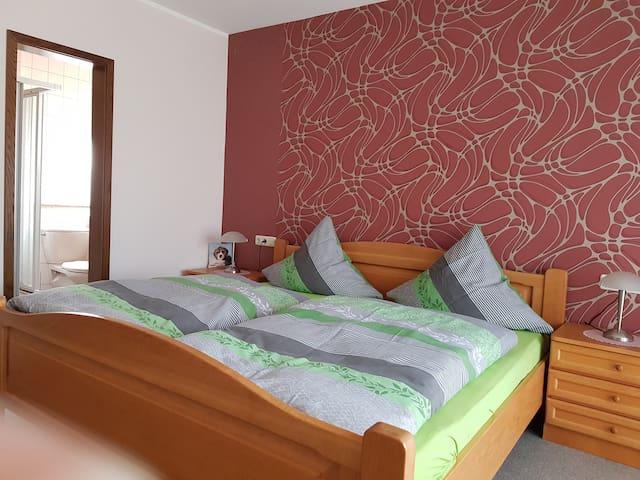 Pension Gästehaus Cornelia (Eschau), Doppelzimmer 3 mit Terrasse und Ausblick ins Grüne