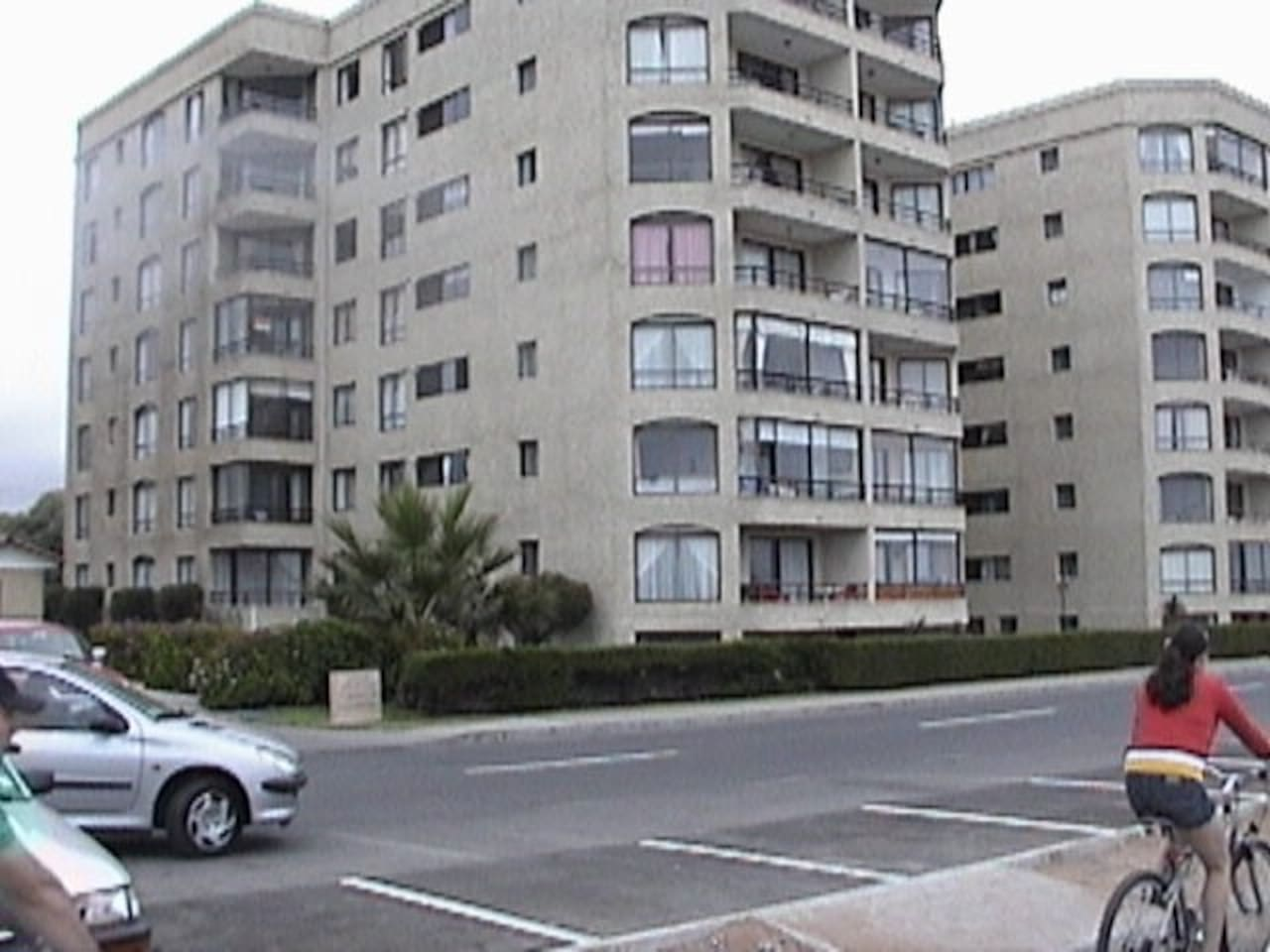 Edificio sólido, tranquilo, guardias 24 horas, frente al mar, cercano a calle cuatro esquinas y restaurantes. Departamento amplio aprox. 90mts. cuadrados.