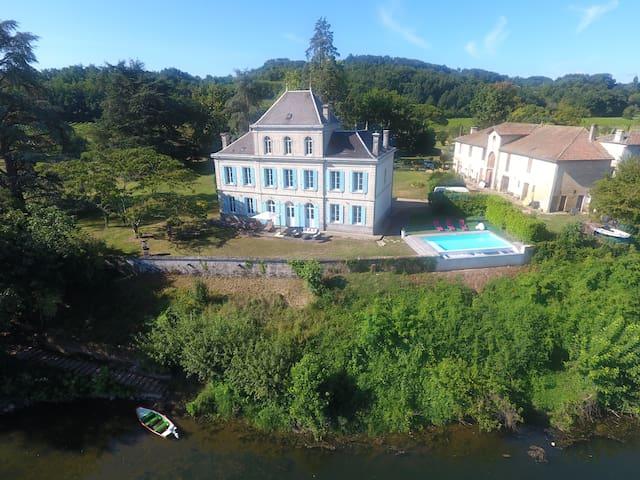 Château avec piscine à débordement sur la Dordogne