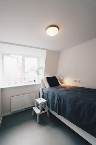 Slaapkamer 2: stapelbaar bed, uitvoerbaar met uitvalbescherming voor kids.