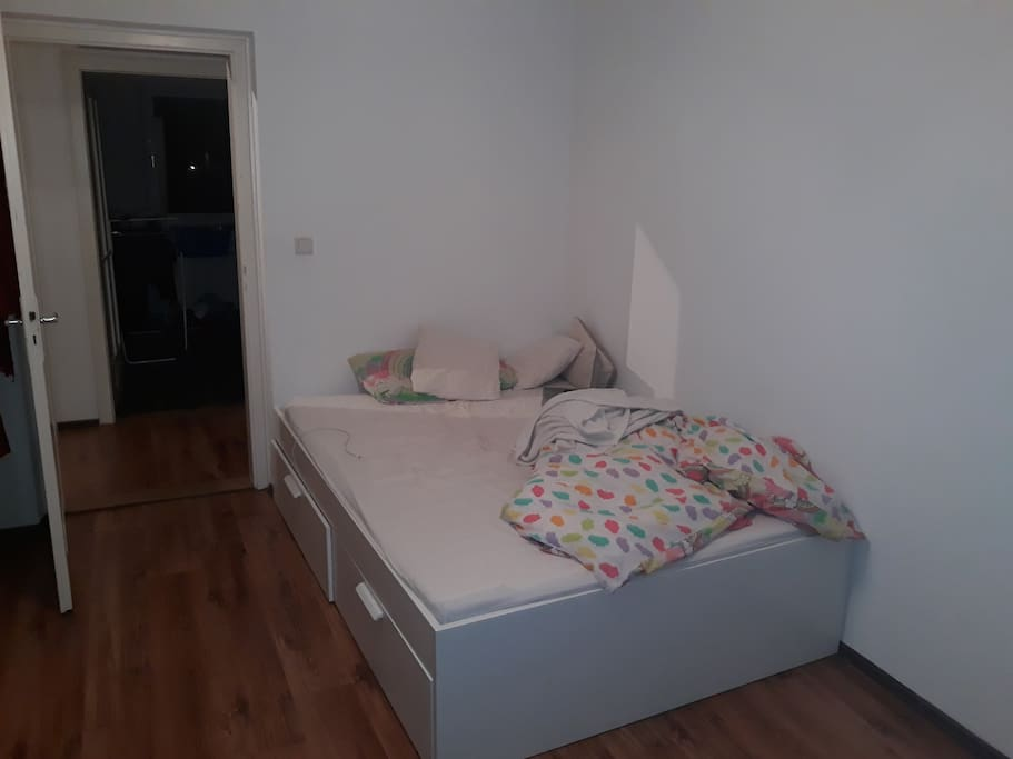 bed (size 2 m x 1,4m)