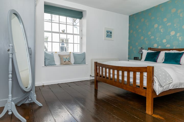 Comfy spacious apartment in central Topsham
