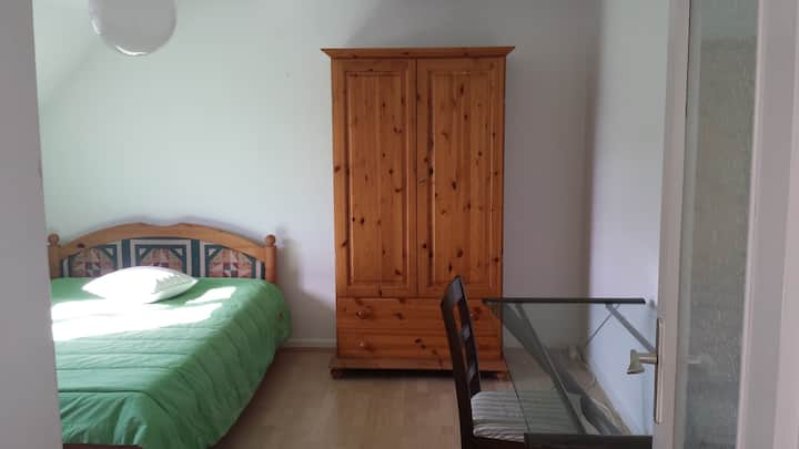 Cosy room, furnished, near Cologne