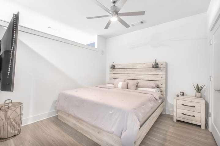 AMAZING MIDTOWN COZY KING BED w /PARKING