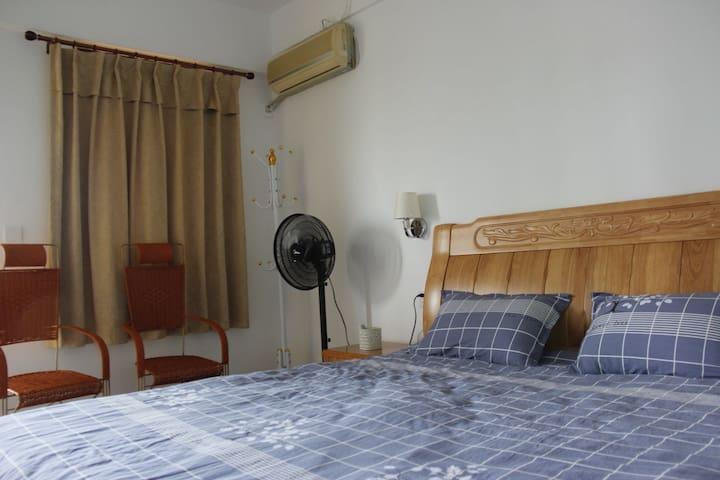 1.8米×2米的橡木大床和特级纯棉床上用品