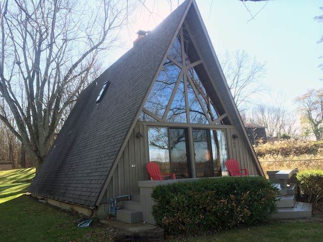 A unique lakefront a-frame cottage - Battle Creek - Sommerhus/hytte