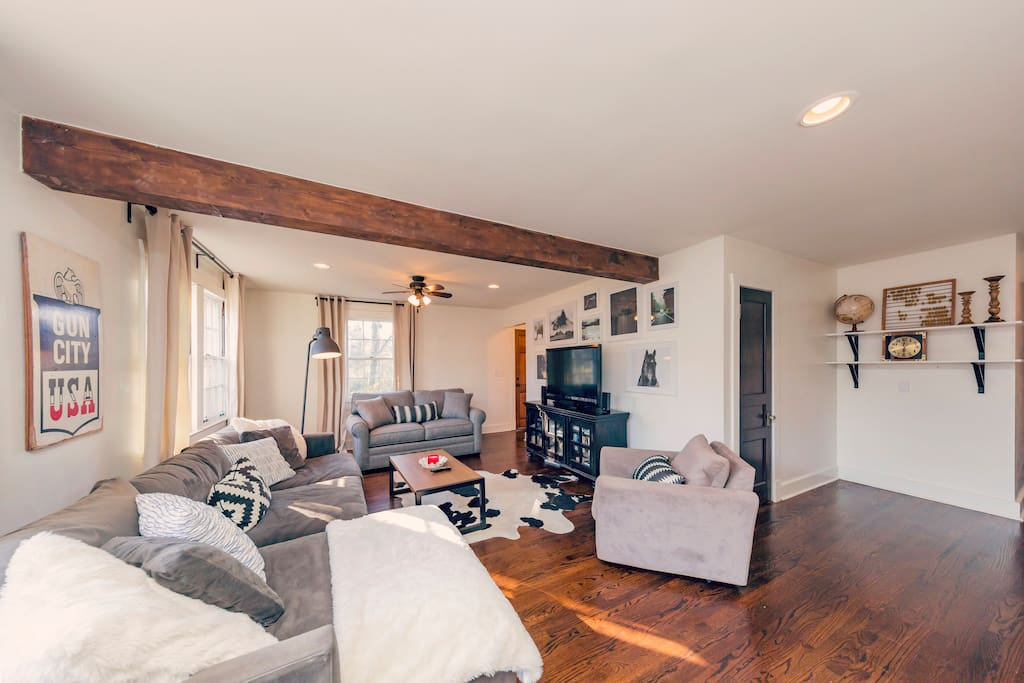 Large living space for everyone to enjoy.  Plenty of seating!