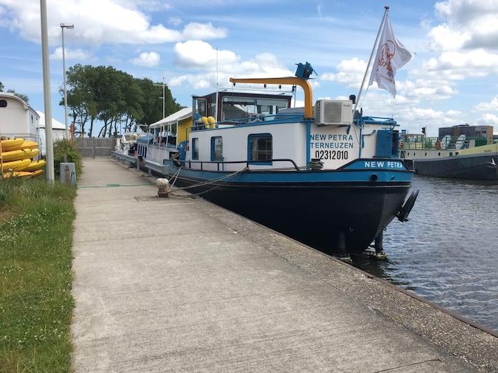 Logeren op de unieke logeerboot 'Karel Cogge' (6p)