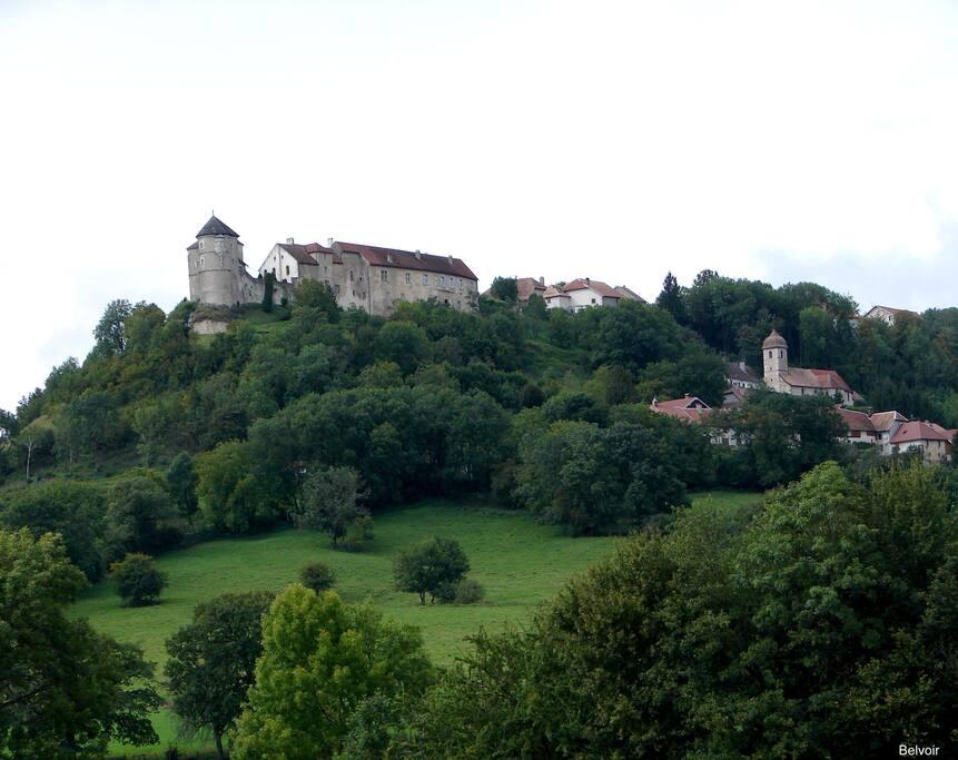 Le château et le village de Belvoir