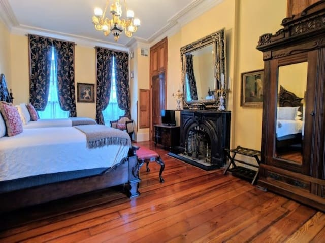 Parisian Courtyard Inn Room 1, NOLA B&B