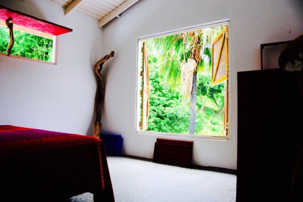 chambre avec lit king size vue sur le jardin