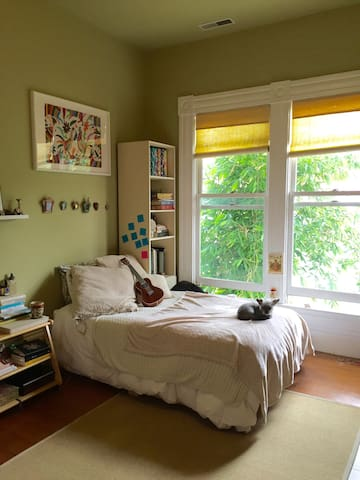 Private Room in Beautiful Victorian near BART