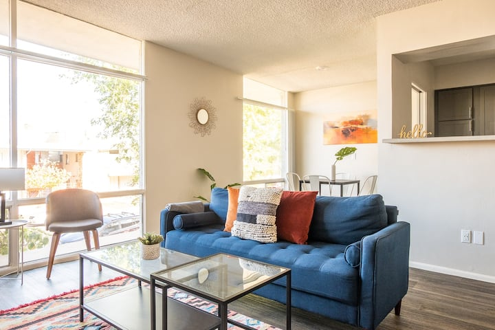 Bright 2BR Apt with Parking