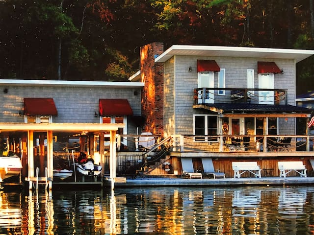 Lake Front Living  on the Waters Edge !