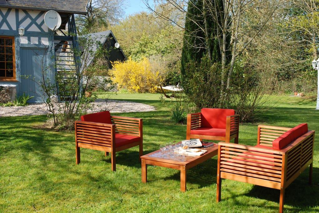 Salon de jardin confortable pour l'apéritif et autres moments de détente.