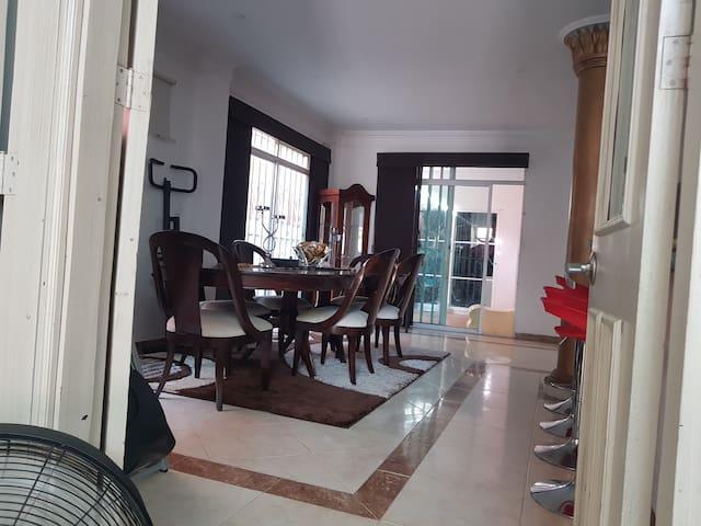Casa elegante con ambiente confortable para usted.