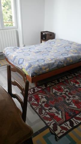 chambre à louer chez l'habitant - Aubagne - Gästhus