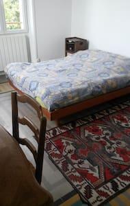 chambre à louer chez l'habitant - Aubagne - Гостевой дом