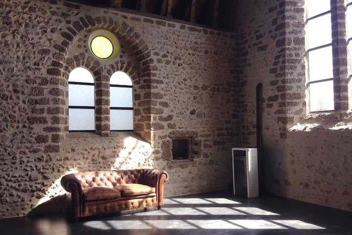 Chapelle XIIè siècle rénovée en atelier d'artiste