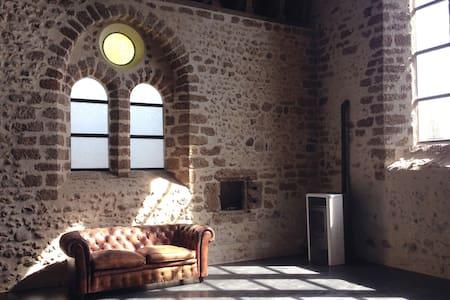 Chapelle du 13è siècle, rénovée. Unique !