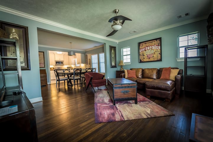 Charming 4BR+2BATH Gated Parking 2mi from Downtown