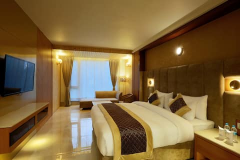 Deluxe Rooms with Double Bed in gurgaon sector 45