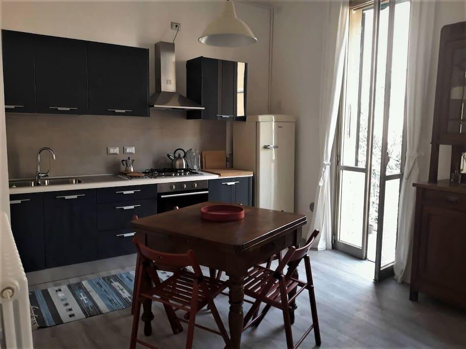 Ampia cucina soggiorno, molto luminosa, completamente attrezzata, con terrazzino, divano, televisione, aria condizionata
