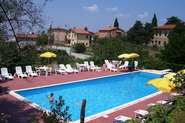 Provinciaal vakantiehuis in Umbrië met een zwembad en terras