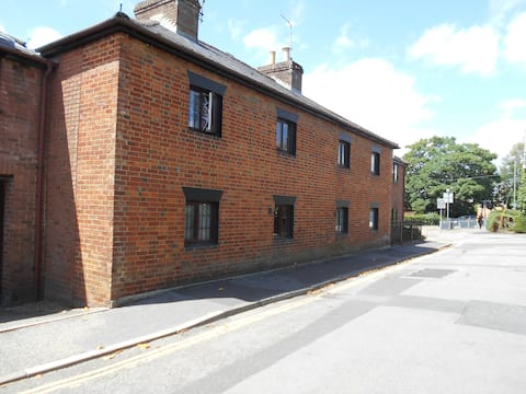 ^Terraced Cottage in the Market town of Ringwood.